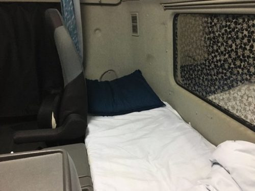 大型トラックの寝台ベッド2