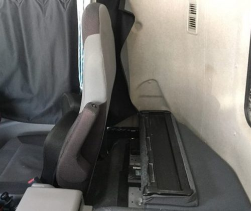大型トラックの運転席の後ろの画像2